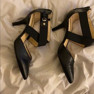 Black and gold pointed toe heels 🖤💛